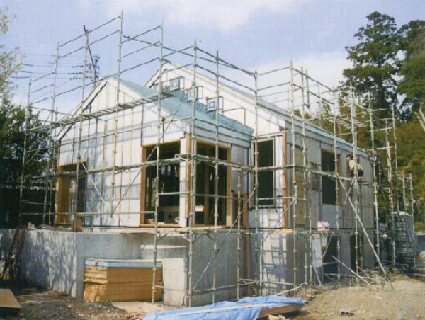 木材を長持ちさせる外断熱工法の建築現場